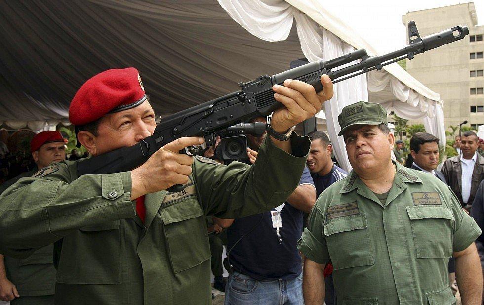 Чавес с калашниковым