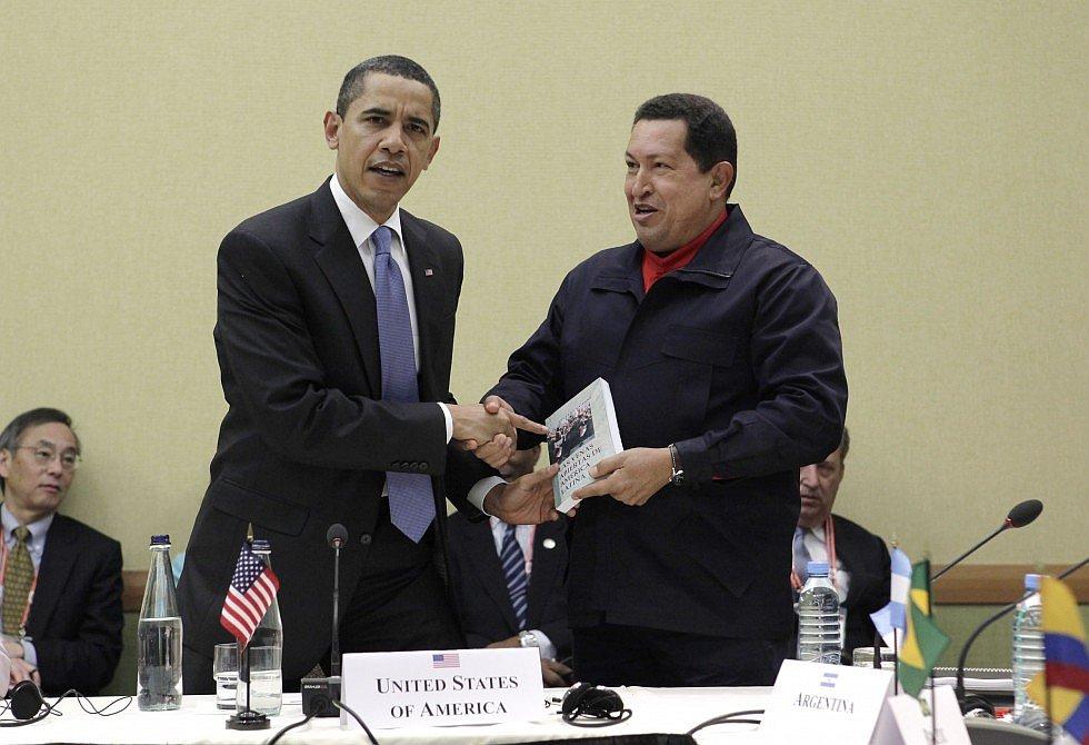 Чавес дарит Обаме книгу уругвайского автора Эдуардо Галеано «Открытые вены Латинской Америки»