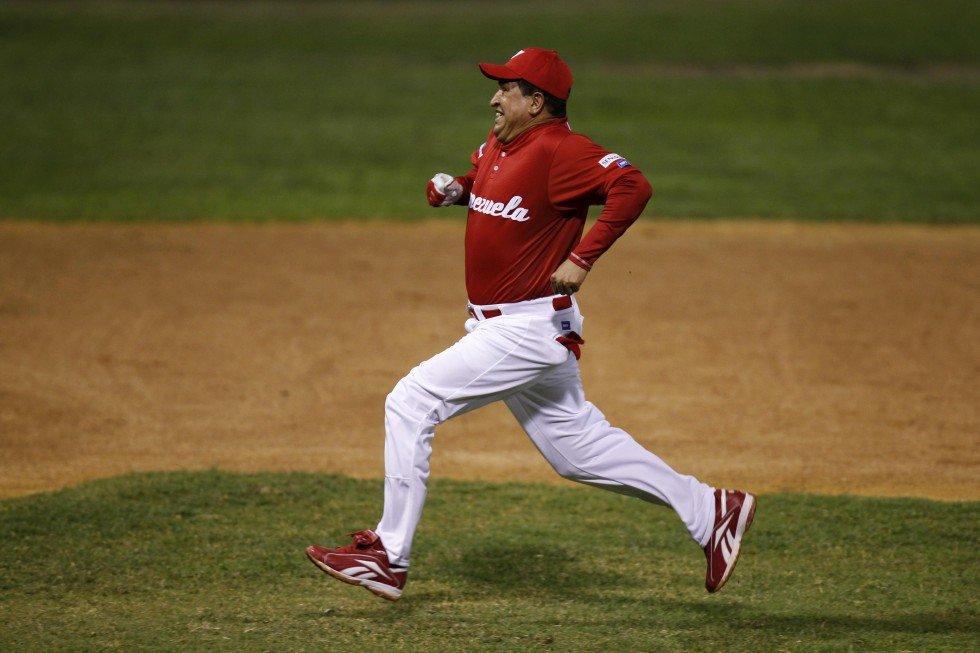 Уго Чавес играет в свой любимый бейсбол