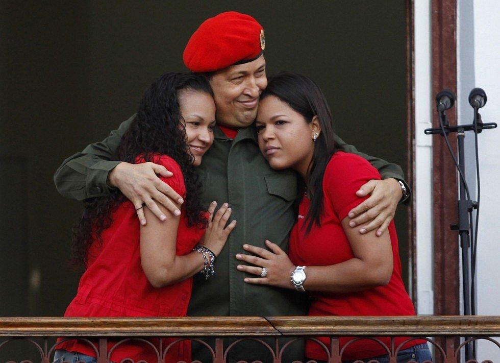 Уго Чавес с дочерями