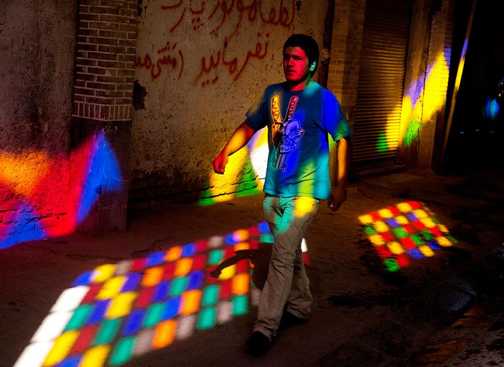 А вот и представитель этой самой молодежи на базаре в Тегеране