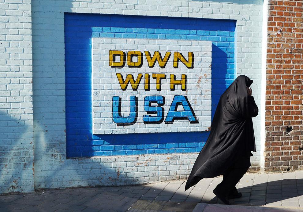 Надпись «Долой США» на стене бывшего американского посольства в Тегеране