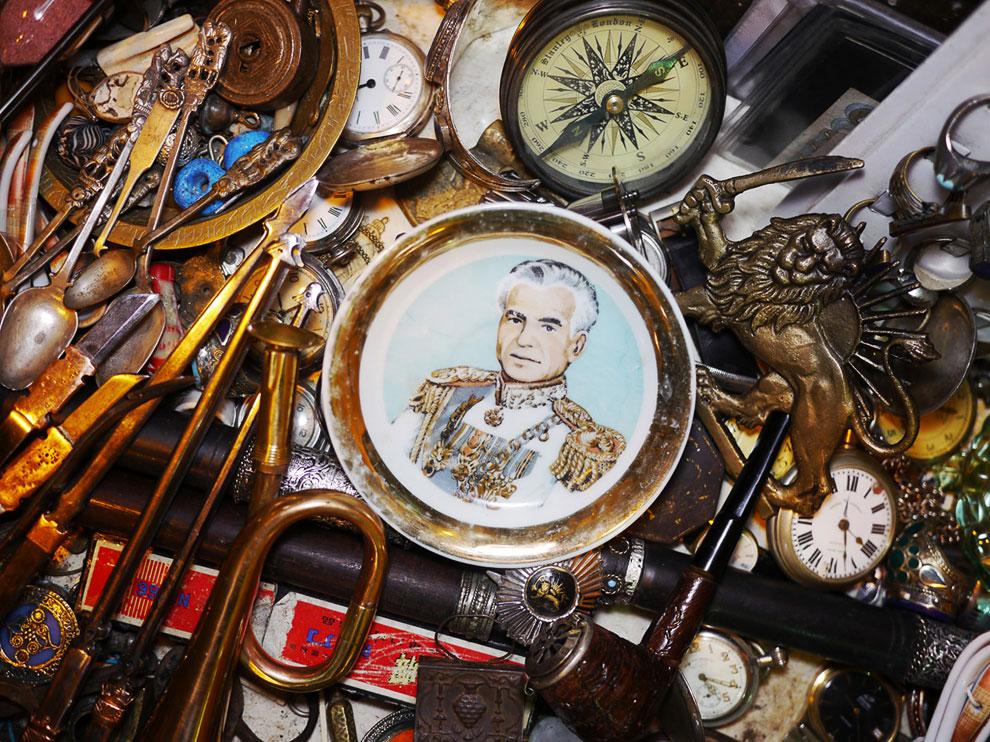 Тарелка и изображением бывшего прозападного шаха Ирана в антикварном магазине в Ширазе