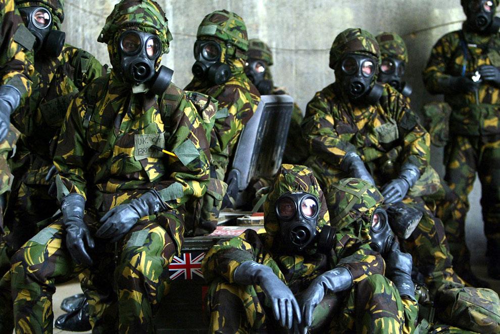 Британские военные в защитных костюмах от биологического и химического оружия на базе в Кувейте перед вторжением в Ирак