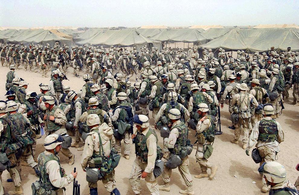 Американские морские пехотинцы готовятся пересечь иракскую границу