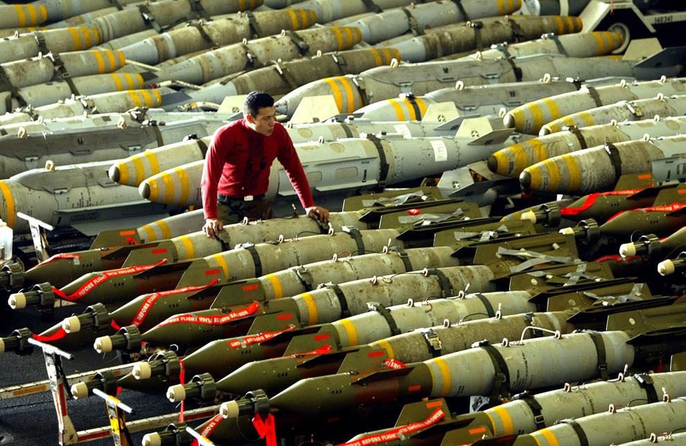 Боевые снаряды, предназначенные для Ирака, на американском авианосце «Китти Хок»