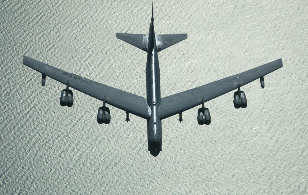 Американский бомбардировщик B-52 возвращается с задания из Багдада