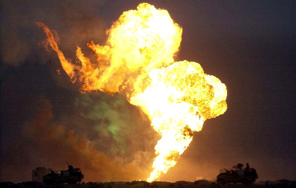 Британские танки едут мимо горящих нефтяных скважин в Южном Ираке
