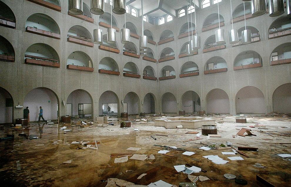 Внутри разграбленного отеля Шератон в Басре на юге Ирака