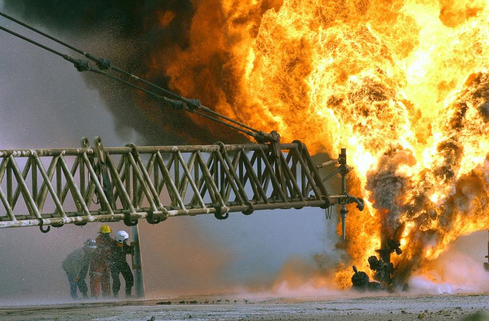 Горящая нефтяная скважина, подожженная иракскими военными