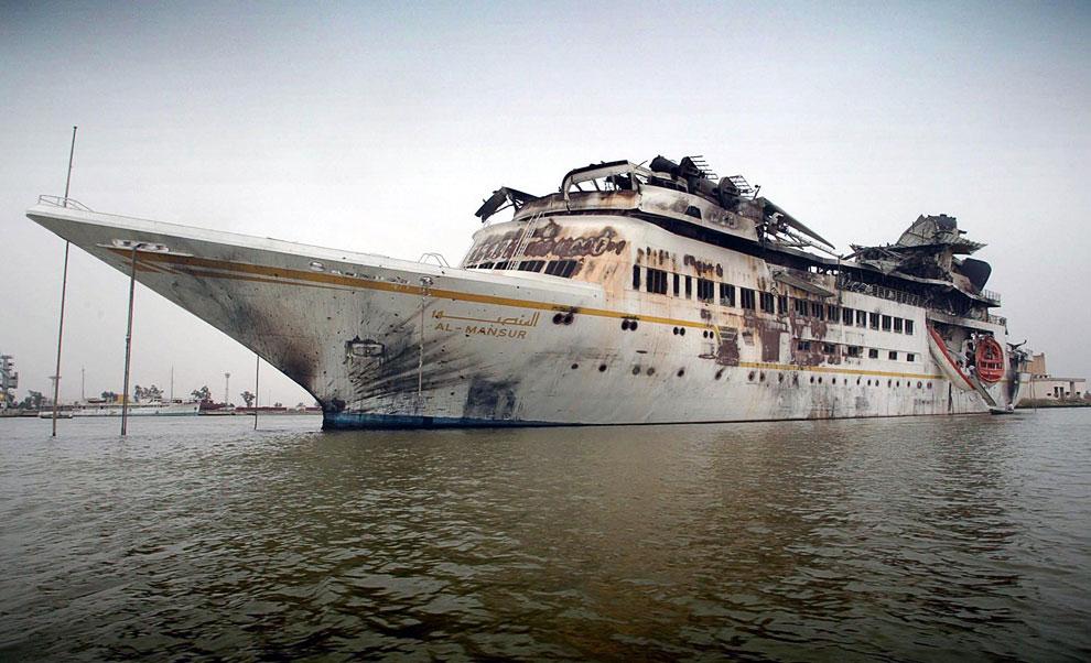 Поврежденная яхта президента Ирака Саддама Хусейна «Аль-Мансур» в центре Басры