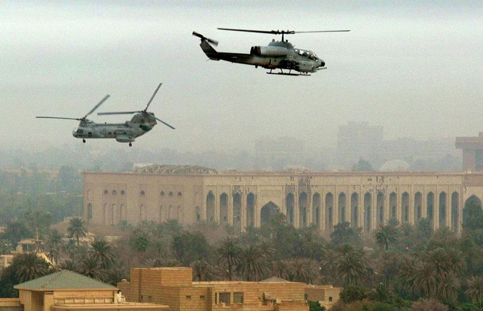 Морская пехота США патрулируют небо над Багдадом на вертолетах