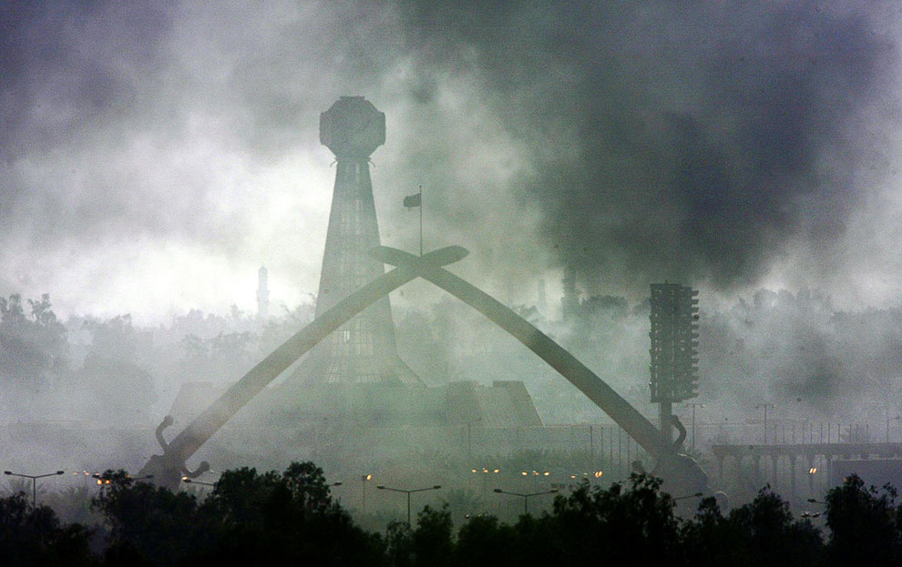 Дым от горящей нефти. Иракские власти устраивали пожары, чтобы помешать наведению американских ракет и бомб на Багдад