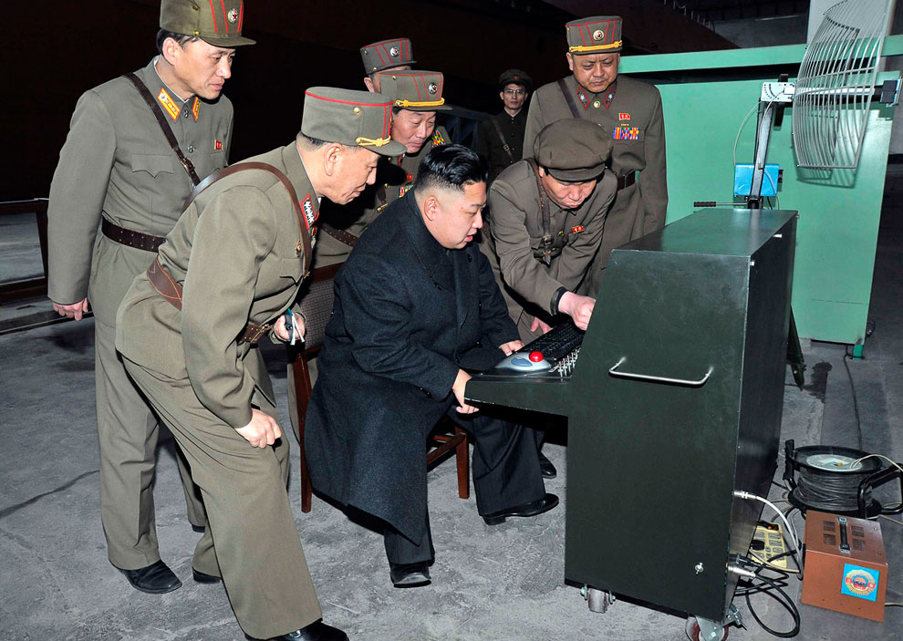 Северокорейский лидер Ким Чен Ын инспектирует командный пульт
