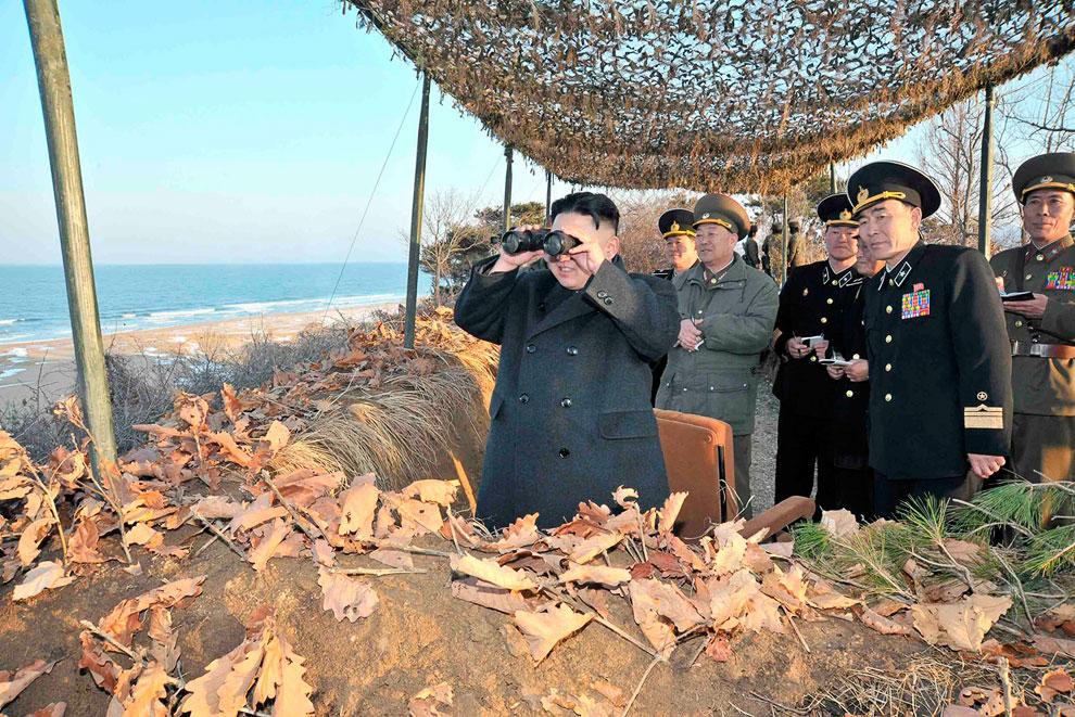 Северокорейский лидер Ким Чен Ын наблюдает за учениями военно-морского флота