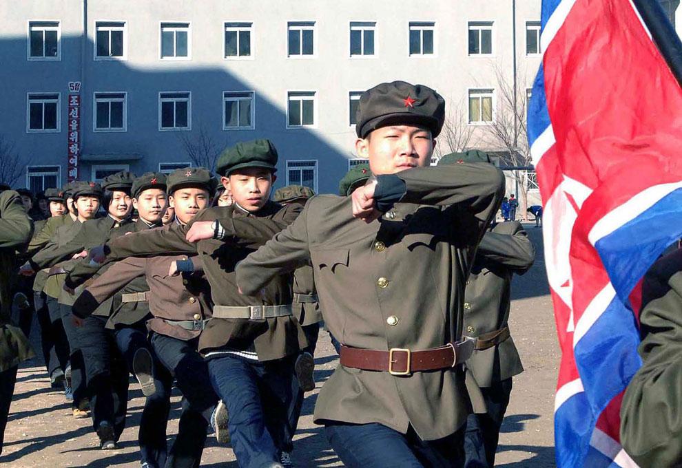 Северокорейские студенты. Демонстрируют на камеру желание вступить в армию