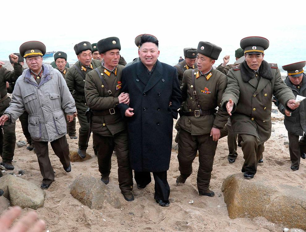 Солдаты Рабоче-Крестьянской Красной гвардии приветствуют пребывающего на лодке Ким Чен Ына