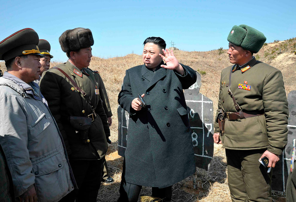 Северокорейский лидер Ким Чен Ын 23 марта 2013 посетил авиабазу 1017 ВВС Корейской Народной Армии