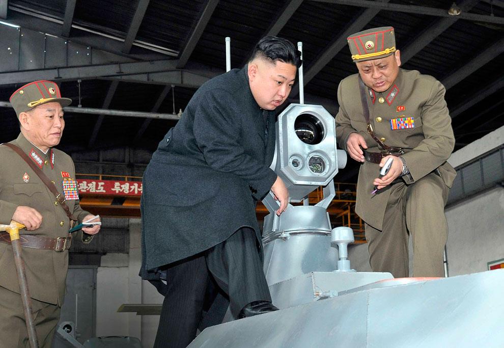 Ким Чен Ын осматривает какое-то военное устройство