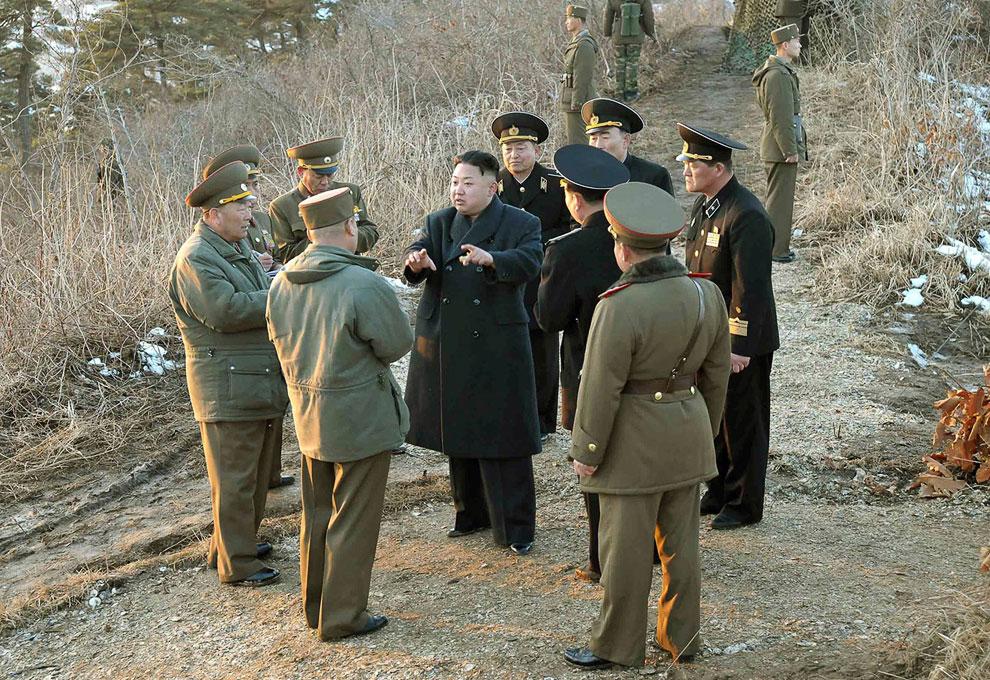 Северокорейский лидер Ким Чен Ын что-то обсуждает с военными чиновниками