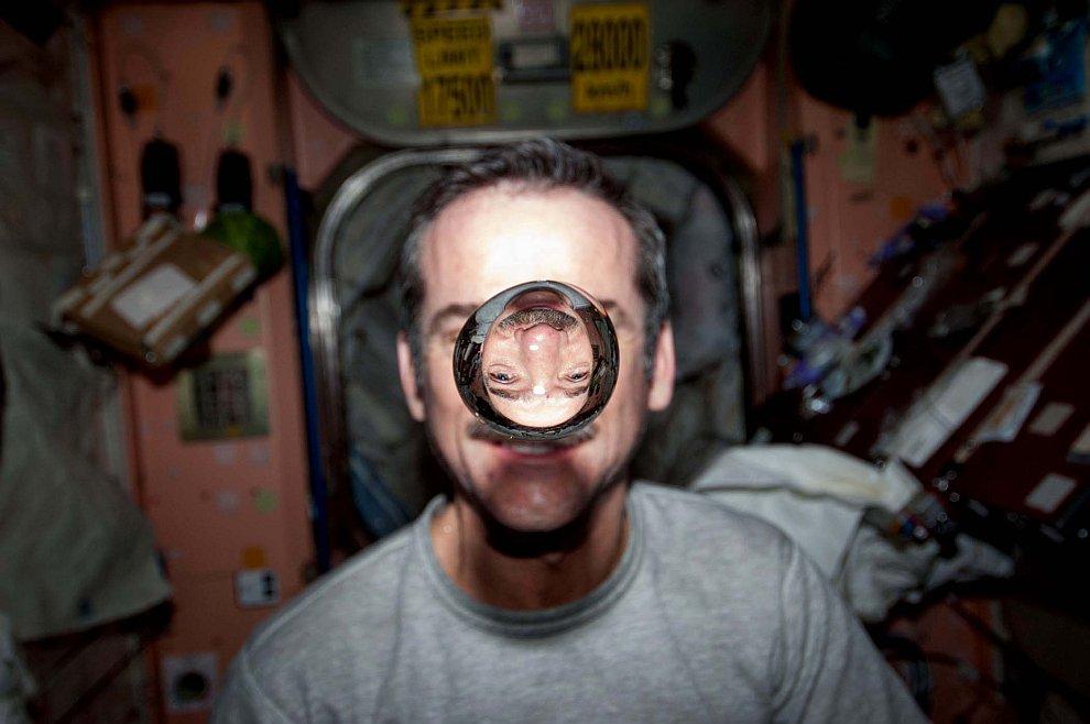 Крис Хэдфилд и водяной пузырь на МКС