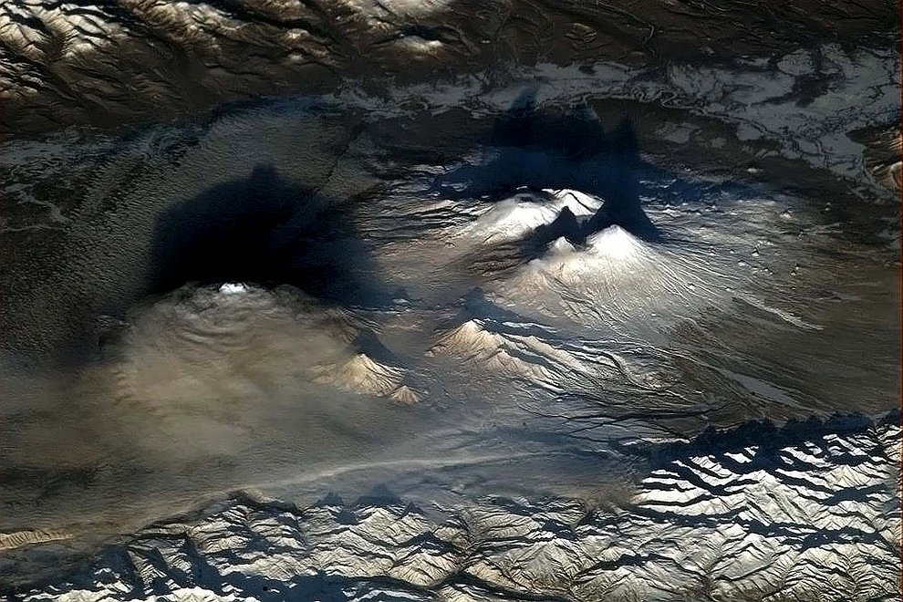 Вулканы на Земле выглядят на рассвете особенно драматически