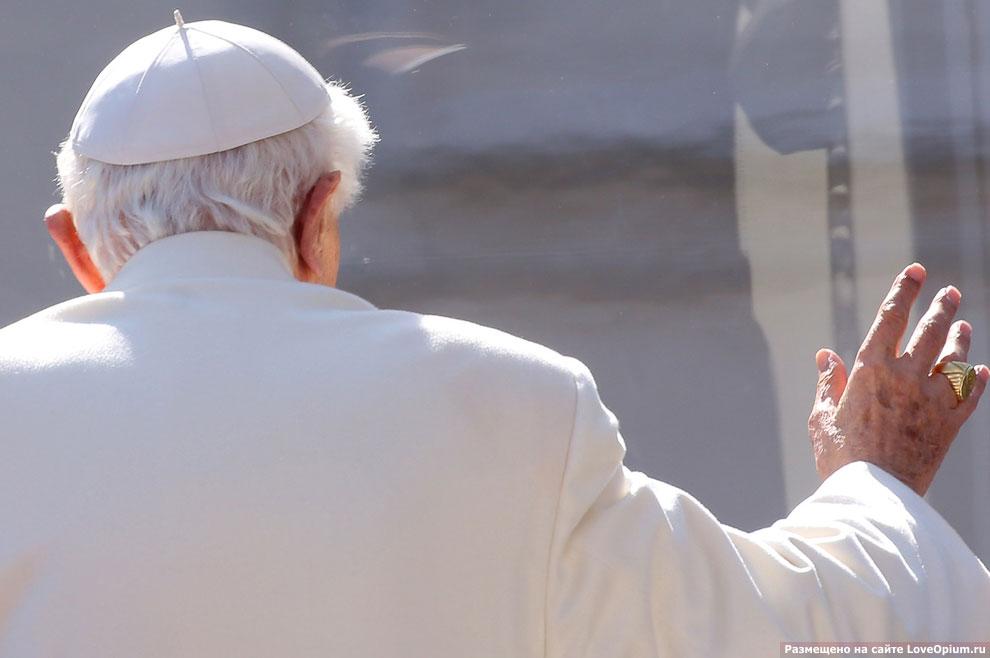 Бенедикт XVI на площади Святого Петра во время своей последней аудиенции