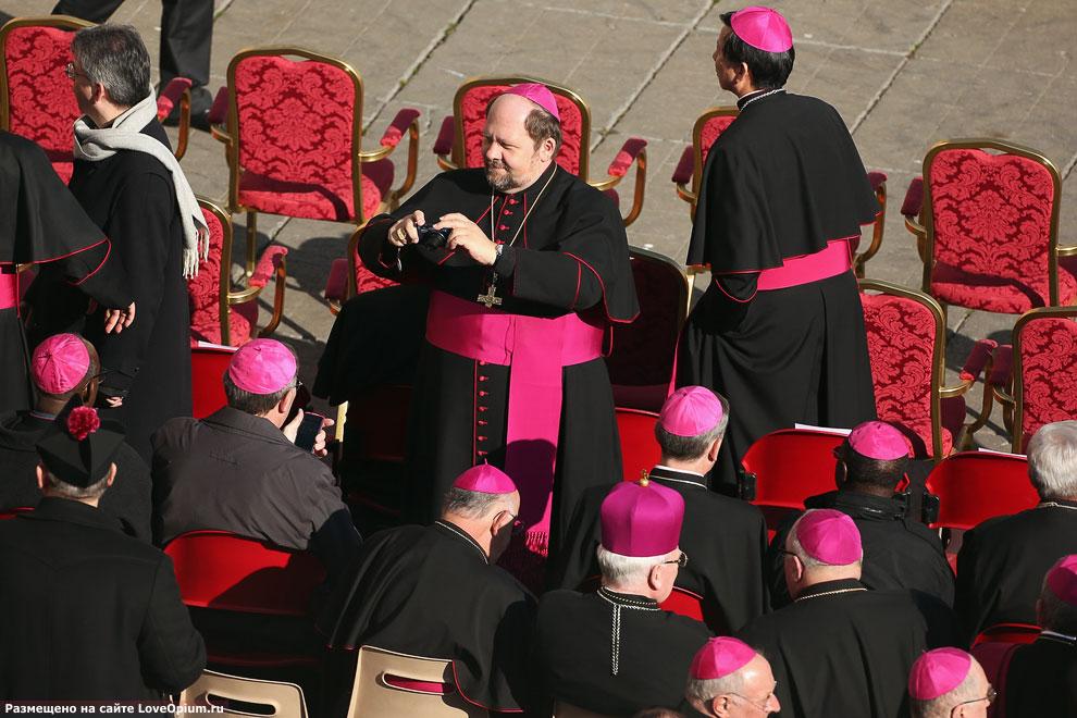 Архиепископы на площади Святого Петра перед началом последней аудиенции Бенедикта XVI