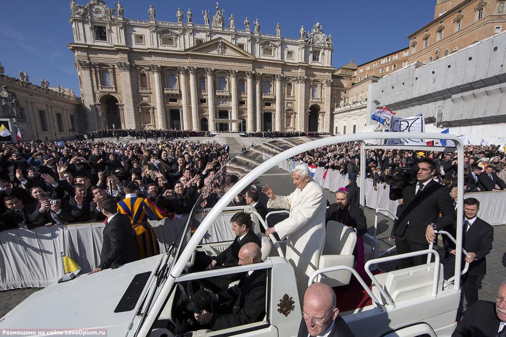 Сначала Папа объехал паломников на папамобиле в окружении телохранителей вместе с пресс-секретарём