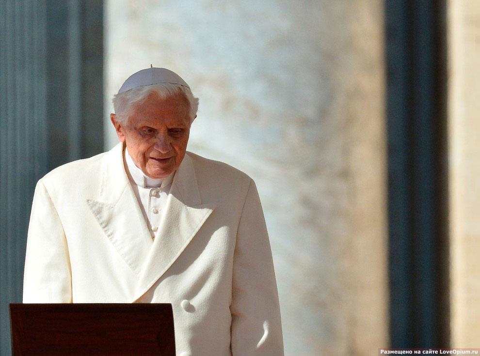 Затем Папа произнёс обращение к народу на нескольких языках