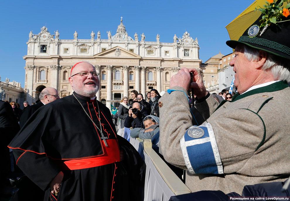 Немецкий кардинал Рейнхард Маркс позирует для публики