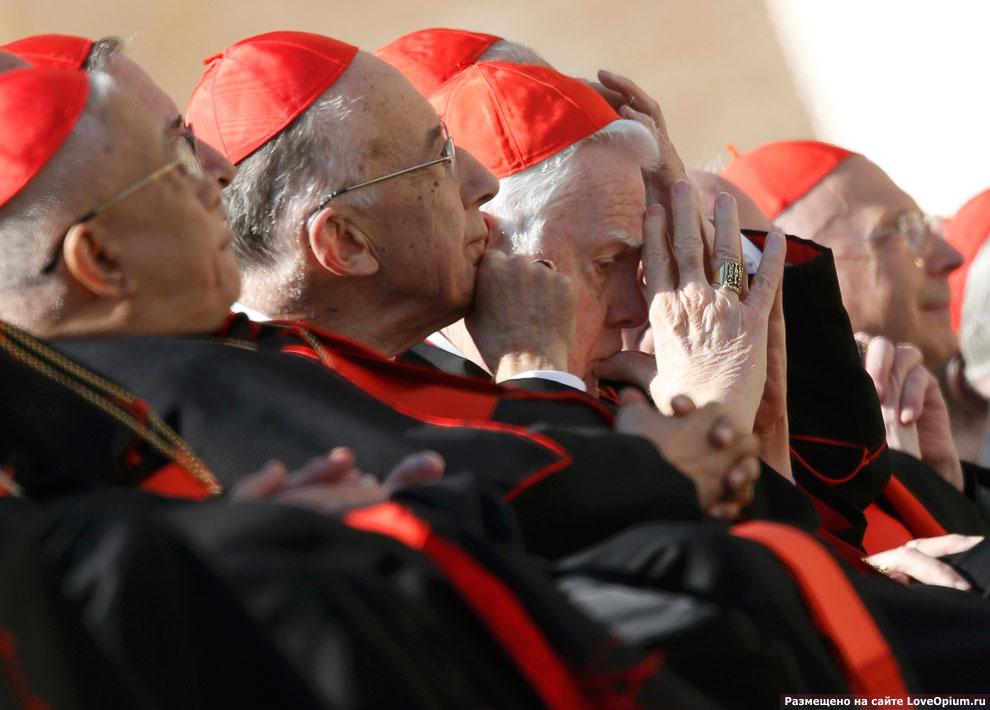 Кардиналы на площади Святого Петра в Ватикане по во время последней аудиенции Бенедикта XVI