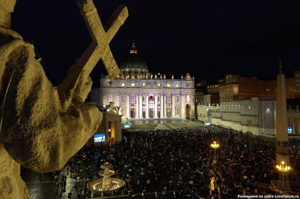 В ожидании нового Папы площади Святого Петра в Риме собралось десятков тысяч человек