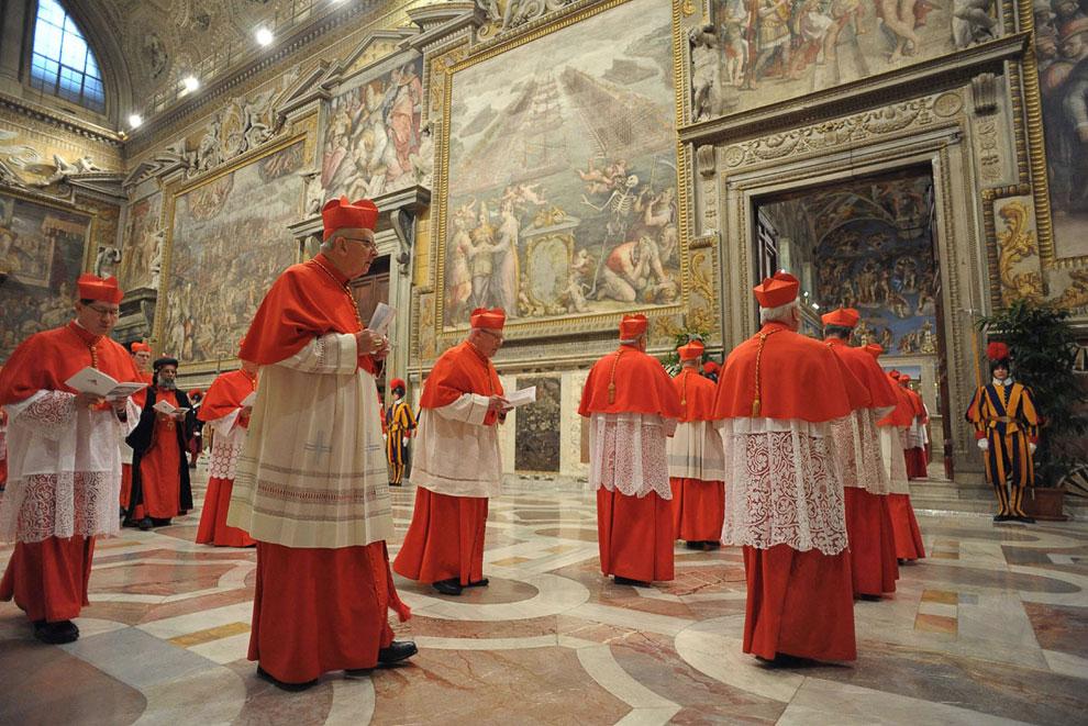 Кардиналы входят в Сикстинскую капеллу, чтобы начать конклав и избрать нового Папу Римского