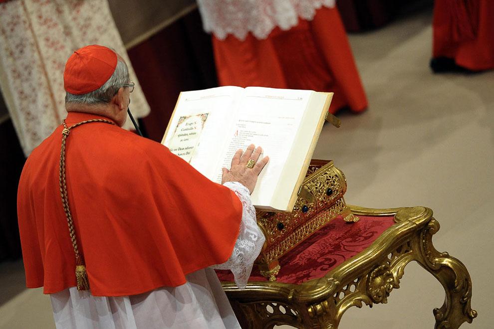 Кардиналы клянутся на Библии в Сикстинской капелле перед началом конклава