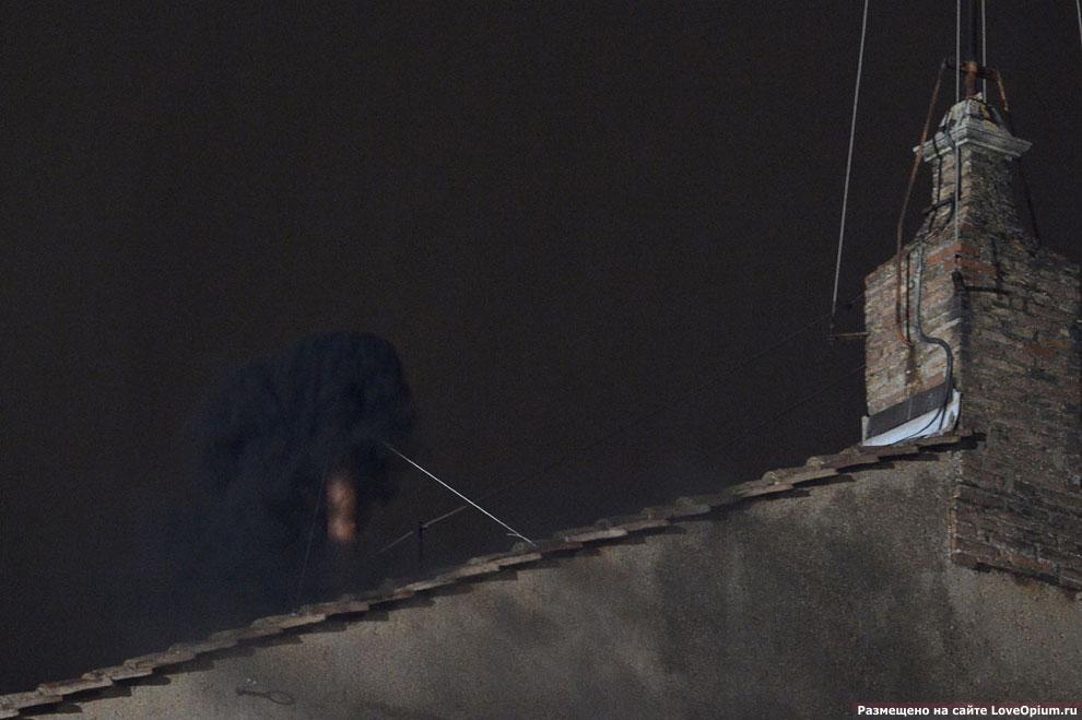12 марта 2013 в 19:45 из трубы Сикстинской капеллы повалил черный дым, едва видный на фоне ночного неба