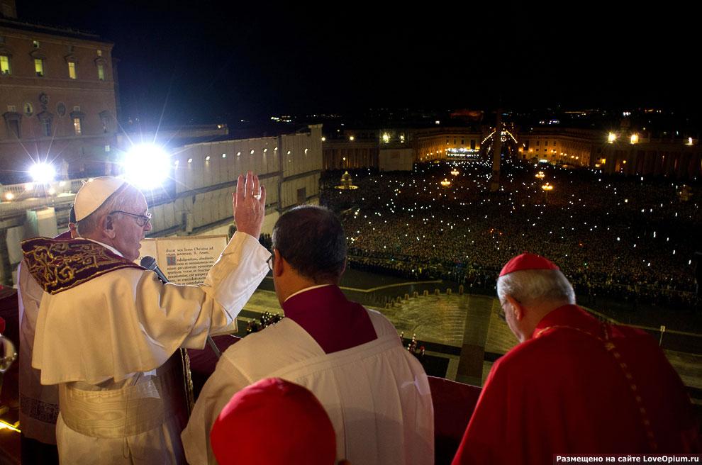 Франциск обращается к толпе с центрального балкона собора Святого Петра (Лоджии благословения)