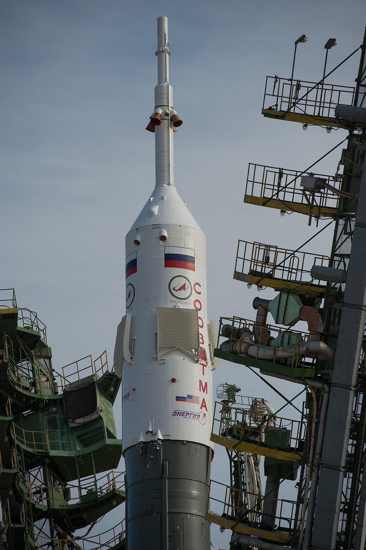 Ракета на стартовой площадке космодрома Байконур поднимается в вертикальное положение