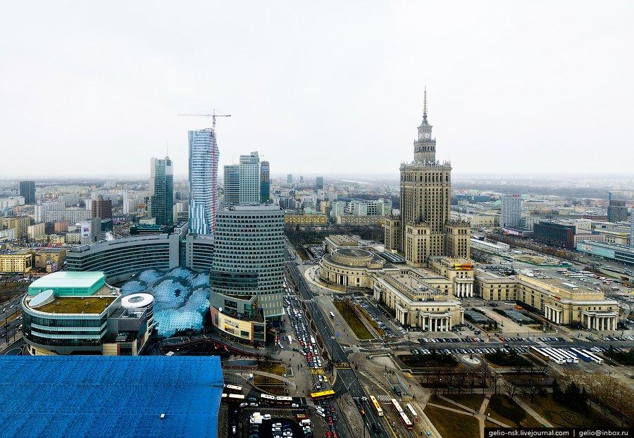 """Слева видна остекленная крыша торгового центра """"Zlote tarasy"""" (""""Золотые терассы"""")"""