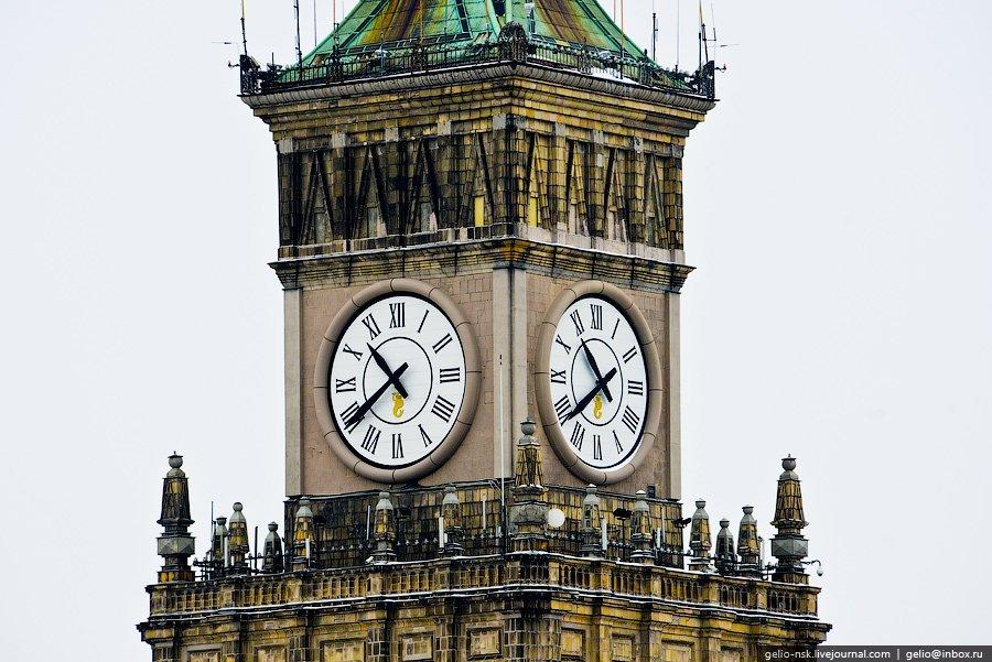 В 2000-м году в небоскрёб были встроены часы, и он стал тогда самым высоким в мире зданием с часами