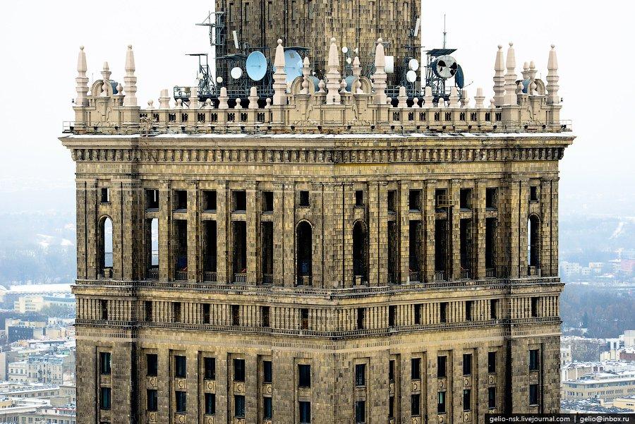 На 30-м этаже здания (на высоте 114 метров) имеется смотровая площадка