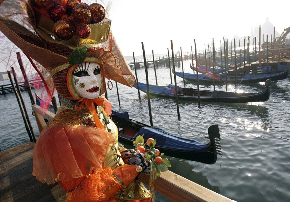Разодетые артисты в масках развлекают туристов