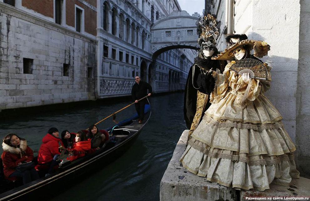 Во время венецианского карнавала на улочках города можно встретить артистов в масках в самых неожиданных местах