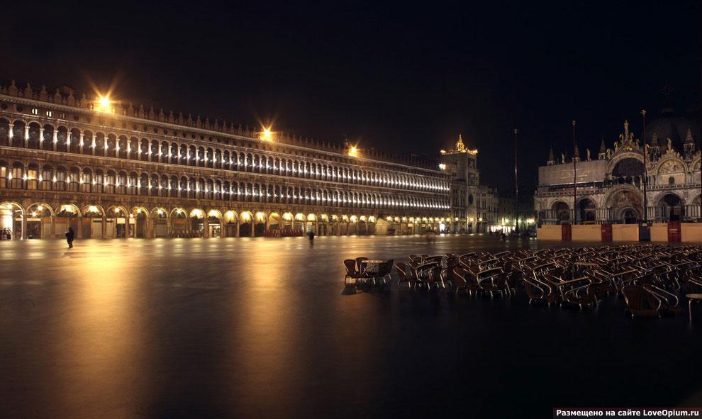 А это затопленная площадь Сан Марко во время недавнего наводнения в Венеции