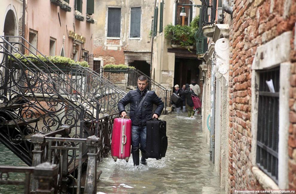 Туристы заселяются в отель во время наводнения