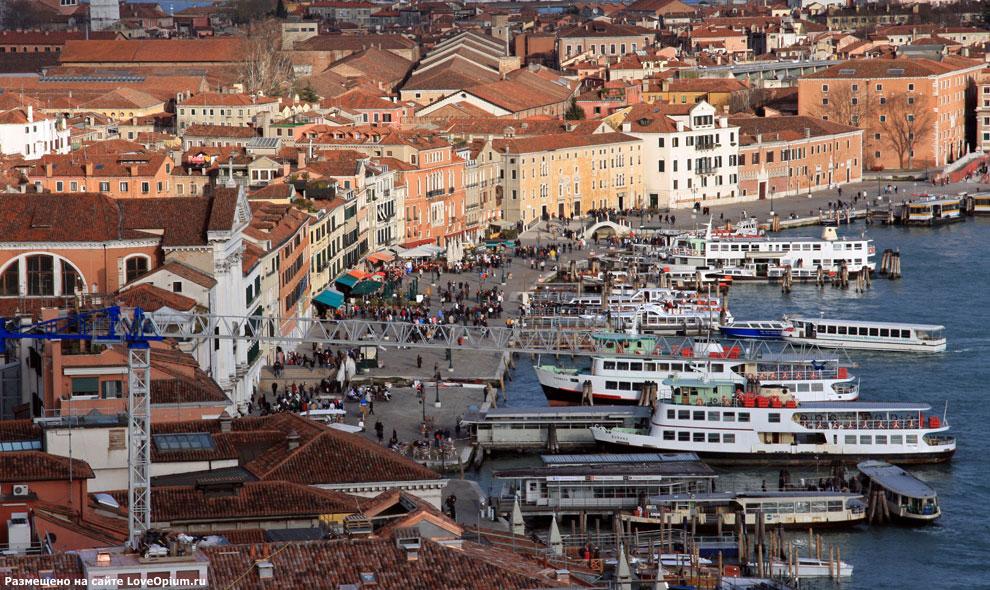 Причал для туристических катеров в центре Венеции