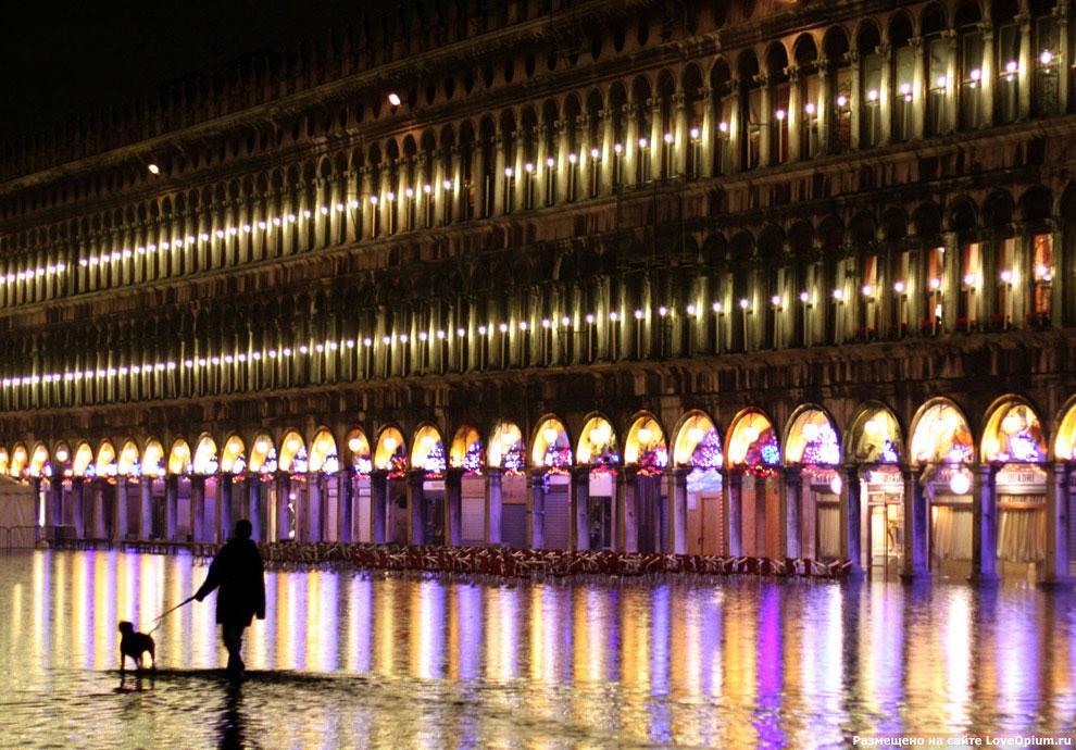 Ночной вид затопленной площади Сан Марко