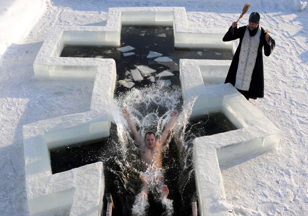 Крещенские купания в ледяной воде ни с чем не спутаешь