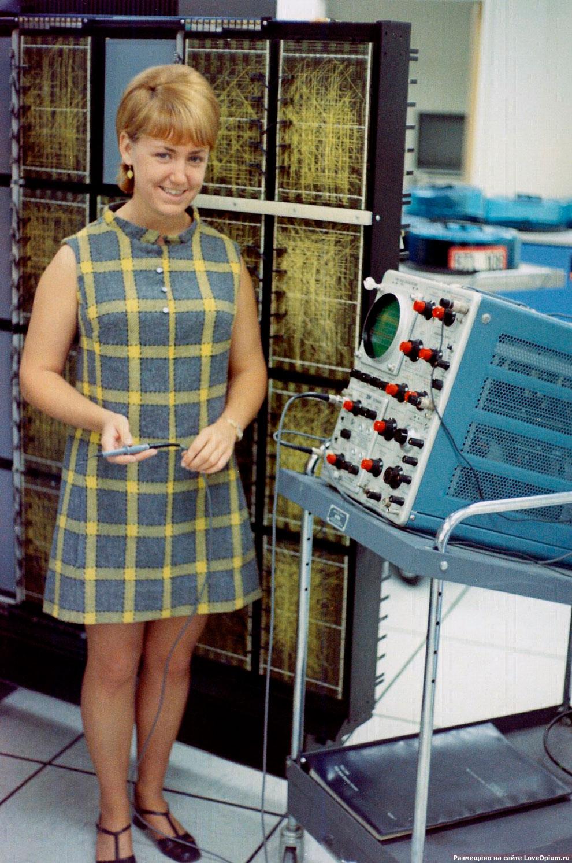 Руководитель компьютерного отдела с осциллографом