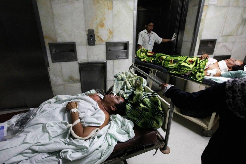 Двоих мужчин везут в операционную после нападения бандитов на улице